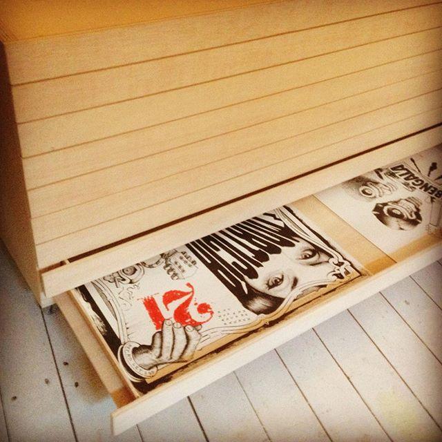"""De reformas : Hartito de tener las ilustraciones desubicadas me he pasado un par de dias diseñando esta cajonera para los """"papeles"""". He ido a Brialta con el despiece y, tras unos cuantas vueltas de tornillo taladro etc, como dice Flor de @bricolor.es ya tengo espacio para todos los papeles de @cansonpaper ;). A medida : 111 cm de ancho. #blueprint #drawing #cabinet #illustration @sakura_europe"""