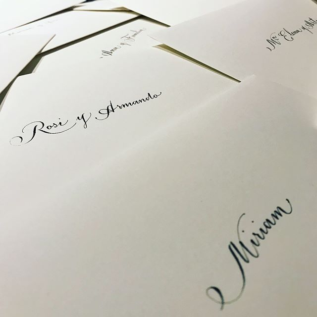 Un dia especial adornado con tinta. Firmando para un bello enlace #invitacionesdeboda —signing #weddinginvitations for a #beautiful #wedding .#plumacaligrafia #tinta #boda #caligrafía #calligraphy #weddingletters #lettering