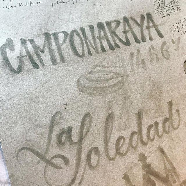 Así comenzó hace aprox una semana una bella #ilustración para #camponaraya , como siempre esbozando. En este caso con los @copicmarker #copicsketch que tienen una de sus puntas con pincel y así me permiten crear una #caligrafía y poder retocarla transformandose en #lettering con facilidad, sin tener que repetir las formas. El sketchbook es un @strathmoreart de color gris. Me resulta más fácil ver lo que quiero hacer con un papel con «ruido», oscurecido, sucio. El caracter de las letras marcaría todo el proceso creativo.
