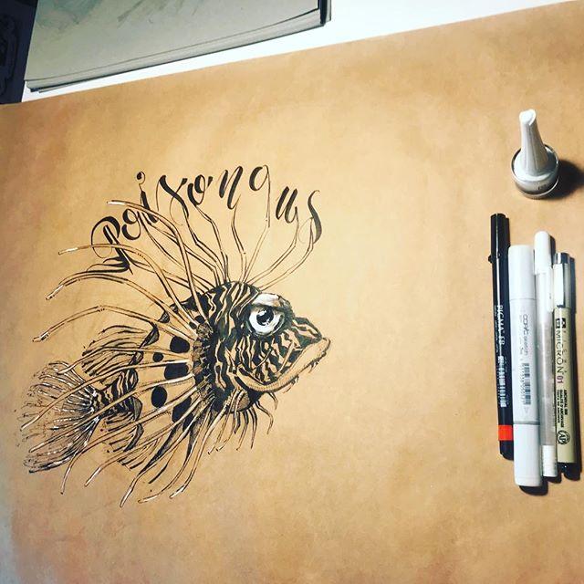 Comienza un nuevo #inktober , otro año me uno al reto con una #ilustración . Proyecto muuuuy guapo. Primer dia, palabra : #poisonous - #venenoso .Soporte : papel #craft 240 cm x 40 cm .Herramientas : #tinta @copic_official @sakura_europe y @pentel_es ... #inktober2018 #inktober2018day1 #ink #illustration